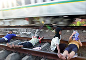 印尼居民集体卧轨竟为
