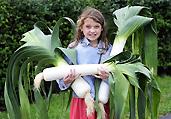 9岁失聪女童种巨型蔬