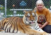 女汉子圈养两只老虎当