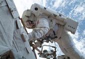 美宇航员地球背景玩自拍
